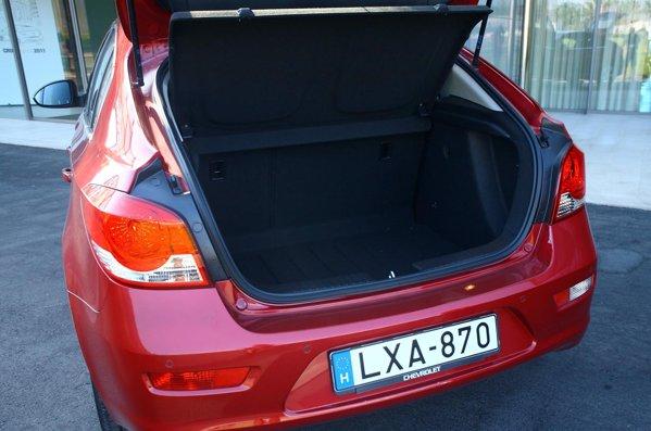 Portbagajul lui Cruze hatchback variaza intre 413 litri şi aproape 900 de litri, avand un hayon generos