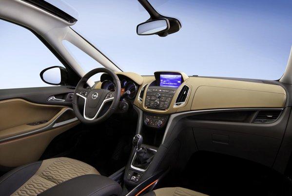 Bordul noului Opel Zafira Tourer are elemente de sorginte Astra, dar o amenajare mai spatioasa