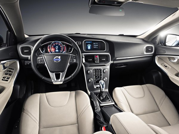 Interiorul lui Volvo V40 este clar premium, mai ales daca se aleg multe optiuni