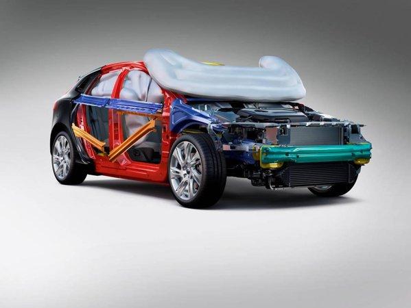 Marea inovatie a lui Volvo V40 - airbagul pentru pietoni