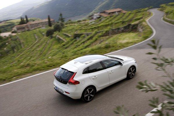 Volvo V40 D4 are un motor common-rail de 2,0 litri si 177 CP, cu un cuplu de 400 Nm