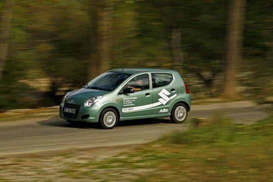 Suzuki Alto are o directie imprecisa la viteze mari, dar suspensia ofera un bun compromis intre confort si stabilitate
