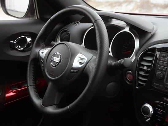 Volanul şi indicatoarele îi conferă lui Nissan Juke o atmosferă sportivă