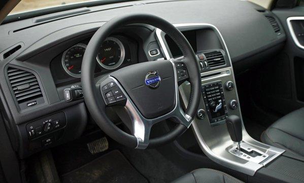 In interior, Volvo XC60 are butoanele de pe consola centrala amenajate altfel
