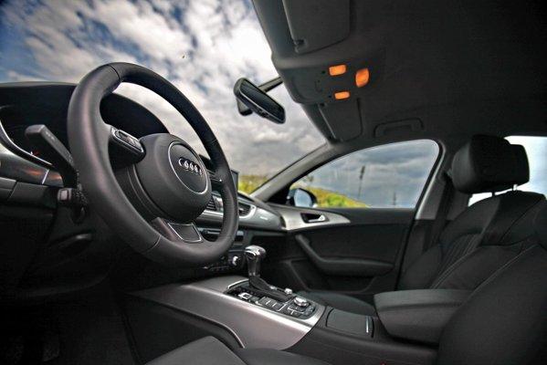Interiorul lui Audi A6 este la cote bune pentru clasa sa, atat pentru pasageri, cat si pentru bagaje