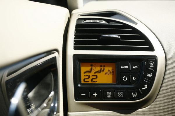Comenzile pentru climatizare sunt amplasate în stânga celui de la volan