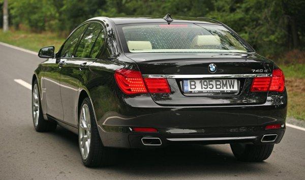 Masivitatea lui BMW Seria 7 este ascunsa de designul fluid, dinamic si elegant