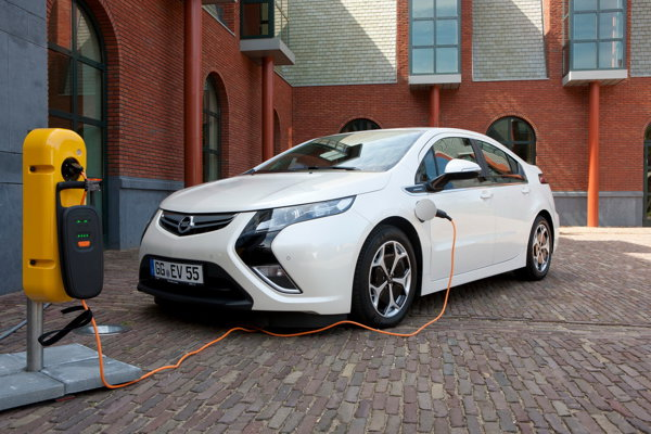 Opel Ampera se poate încărca în patru ore de la o priza de 220V