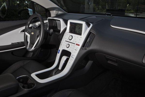 Interiorul arata elegant, dar, din cauza bateriei voluminoase, are doar 4 locuri si un portbagaj de 310 litri