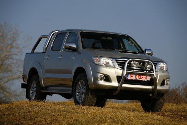 Toyota Hilux facelift arata acum mai luxos, gratie redesenarii farurilor si grilei motorului