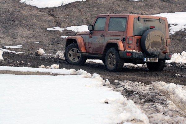 Jeep Wrangler are o forma mai patratoasa, dar ramane original in peisajul SUV-urilor actuale