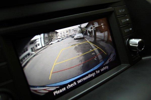 Displayul tactil pentru GPS are rol si de monitor pentru camera de marsarier