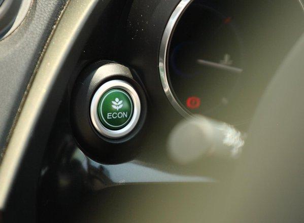 In modul ECO, Honda Civic are un raspuns usor mai lent la accelerare, dar e mai economica