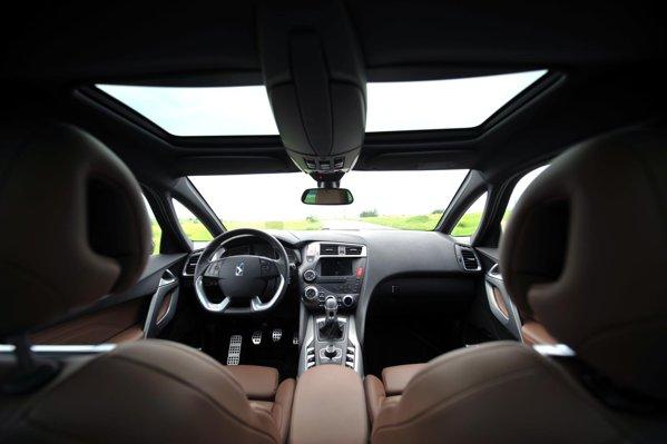 Interiorul lui Citroen DS5, mai ales daca abuzezi de optionale, este specific unui concept-car