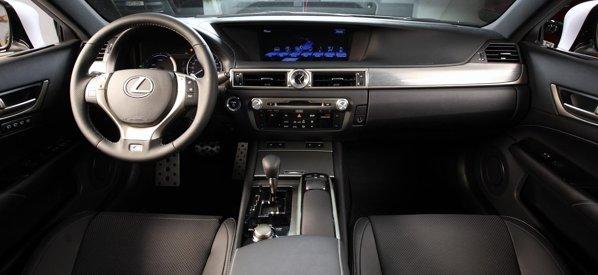 Noul Lexus GS are o plansa de bord gandita pe orizontala, mai ergonomica