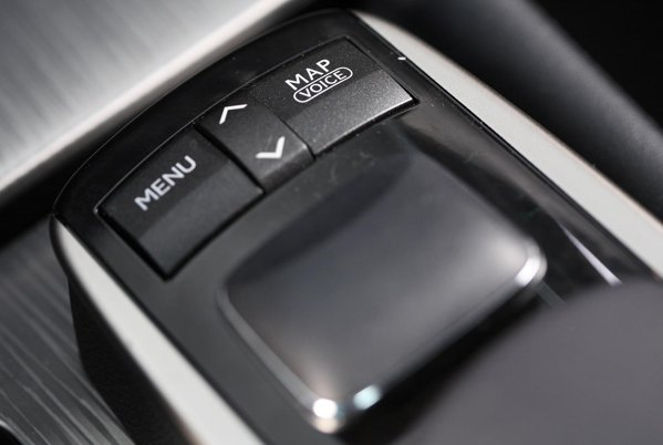 Navigarea pe displayul central se face de la un joystick avand un interesant rol de mouse