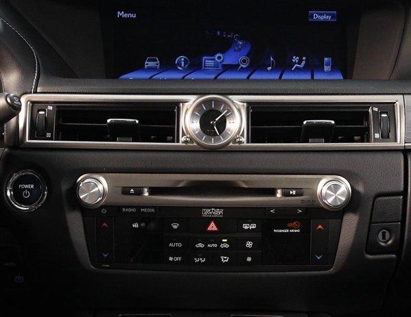 Climatizare automata a lui Lexus GS este excelenta, beneficiind de tehnologia nanoe