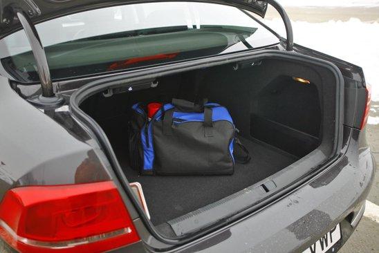 VW Passat are portbagajul mai mare decat al rivalilor francezi. Gura de incarcare putea fi mai mare