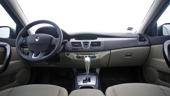 Renault Laguna ofera o ambianta calda si primitoare, numarul comenzilor fiind minimizat