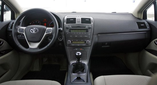 Toyota Avensis, in echipare Elegance, are un interior clasic, elegant si bine finisat