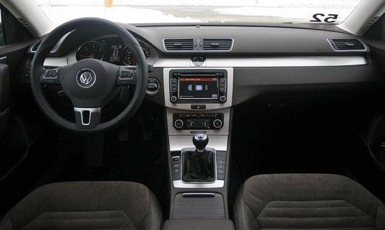 Volkswagen Passat ofera o ambianta interioara relativ moderna, ergonomica si simplista