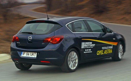 Opel Astra are un ruliu normal si arata un comportament corect in viraje, subvirand controlabil