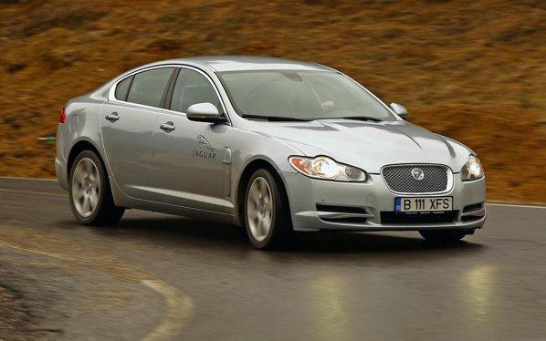 Jaguar XF nu este la fel de confortabil ca Infiniti M, dar suspensia ofera un mai bun compromis