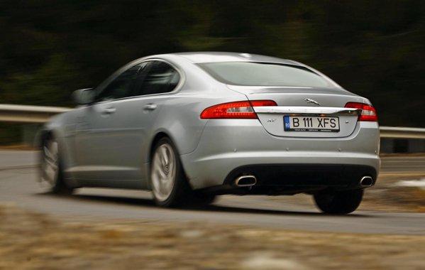 Jaguar XF are un comportament dinamic mai sportiv si o precizie mai buna in curbe