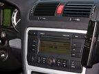 Dotarea Octaviei RS, cel puţin în ce priveşte gadgeturile moderne, este ceva mai bună. Însă ecranul central, deşi mare şi lizibil, arată la fel de arhaic precum cel din Mazda3 MPS: