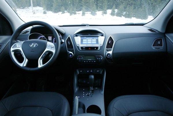 Hyundai ix35 continua si la interiror stilul sofisticat al interiorului, avand o echipare bogata