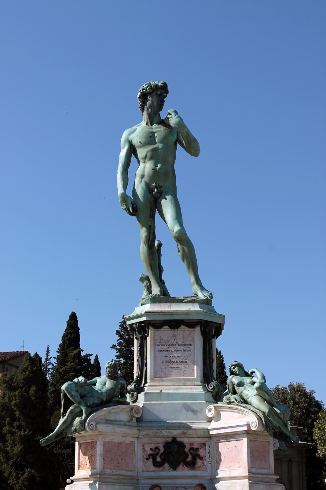 Statuia lui David domina Piazzalle Michelangelo