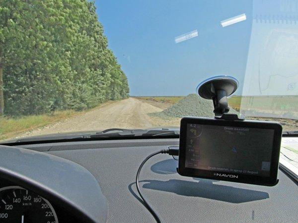 Navon N670 iGO8 surprinde prin ecranul tactil de 5 inch si aspectul elegant de iPhone