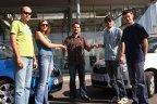 Alexandru Şeremet, PR Executive & Internet Communication Porsche România, înmânează echipelor cheile celor două Skoda Roomster.