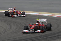 Alonso conduce în faţa lui Massa