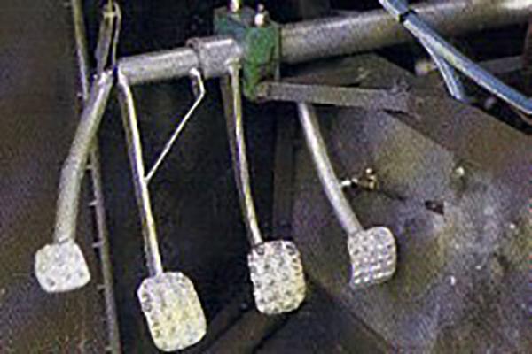Lada Niva cu motor Ferrari şi patru pedale. Bătrâna rusoaică cu 300 de CP