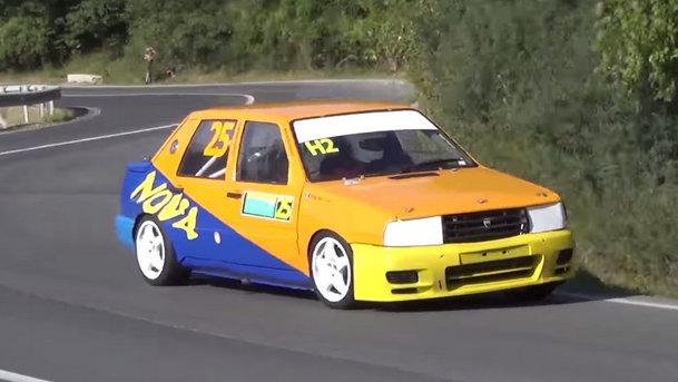 Nu e basm, e realitate: sunetul divin al unei Dacia Nova pregătite pentru viteză în coastă (VIDEO)