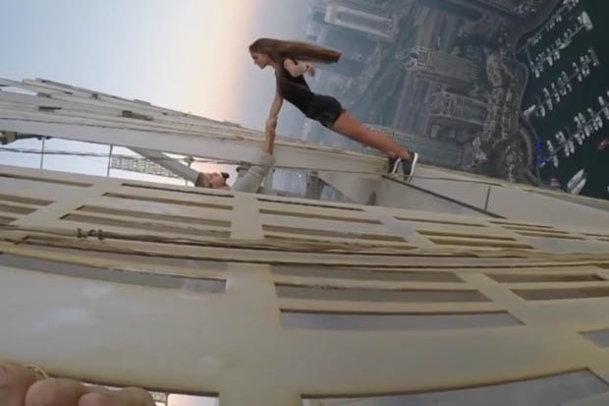"""Un model din Rusia face senzaţie după ce s-a urcat pe cel mai înalt bloc din lume şi a făcut """"cascadoria"""" anului [VIDEO]"""