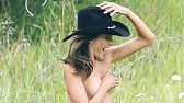 Cel mai FRUMOS înger de la Victoria's Secret a pozat aproape goală în COWGIRL. Pe la jumătatea shootong-ului a avut o IDEE GENIALĂ. FOTO