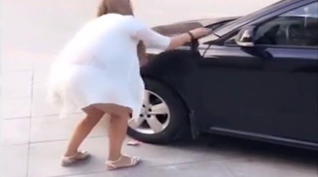 TÂNĂRA a văzut o bancnotă sub roată şi s-a aplecat să o ia. Şoferul a rămas MASCĂ când a văzut de ce e în stare - VIDEO VIRAL
