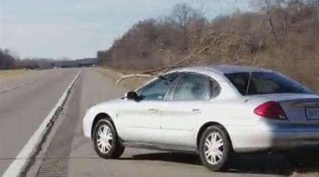 Aceasta şoferiţă a dat o reprezentaţie de zile mari, pe şosea. Cineva a filmat tot, iar clipul e viral VIDEO