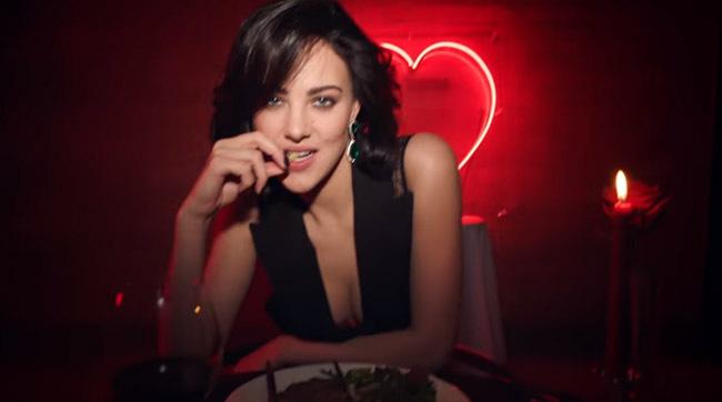 ELIZA Cummings apare în cea mai incitantă reclamă la Valentines Day