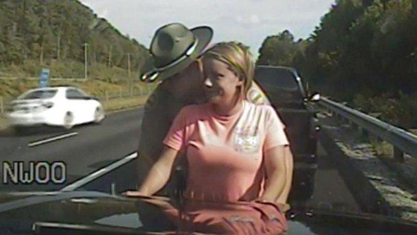 Poliţistul a tras-o pe dreapta de două ori pe această femeie. Controlul CORPORAL este revoltător - VIDEO