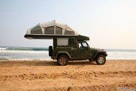 Jeep dotat cu un cort 4x4!