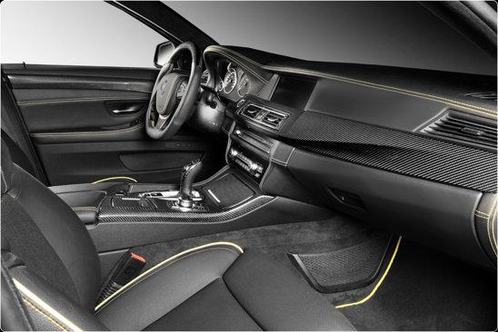 Interiorul lui Lumma CLR 500 RS2 este negru. Atmosfera este de masina de banditi