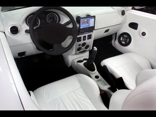 Interiorul lui Dacia Logan Cabrio este finisat in tapiterie alba, cu multe elemente negre