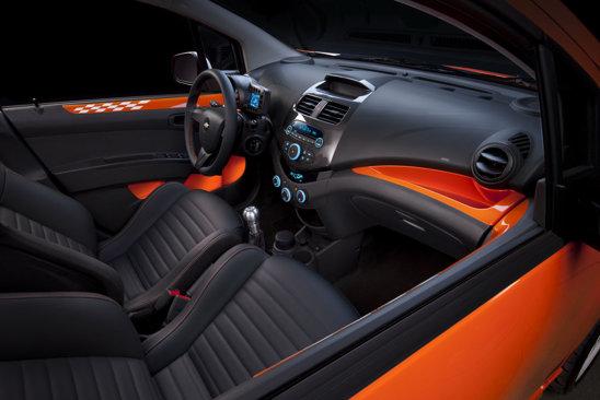 Interiorul lui Chevrolet Spark Z-Spec este personalizat in culori vii si scaune sport