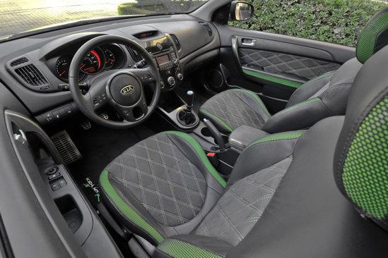 Interiorul lui KIA Forte Koup Type R Concept are cateva tuse racing