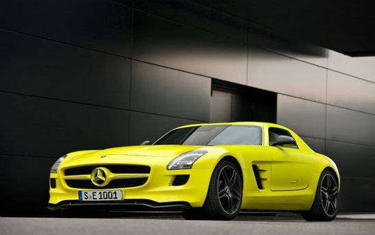 Mercedes SLS AMG E-Cell are spoiler frontal extensibil si vopsea AMG lumilectric magno