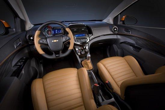 Interiorul lui Chevrolet Sonic Z-Spec pune accent pe sportivitate, dar si pe lux