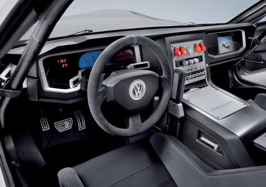 Interiorul lui Volkswagen Race Touareg 3 Qatar este complet modificat, cu exceptia roll-cage-ului